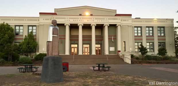 escultura de Luis Pasteur frente al pórtico principal de la escuela secundaria San Rafael, de San Rafael en california origen del código 420